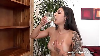 Tatted hottie gushes piss everywhere! - Pissing Pussy